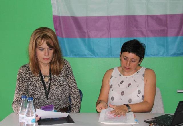 La vocal del área Trans de Lesgavila, Amanda Azañon (izd) junto a la psicóloga y sexóloga, Pilar Sampedro