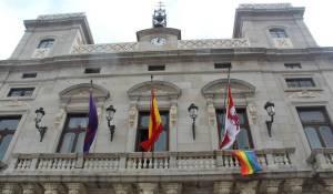 28 JUNIO 2017 BANDERA LGTB+ EN EL BALCÓN DEL AYUNTAMIENTO DE ÁVILA